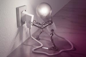 Robotlampje steekt stekker in stopcontact
