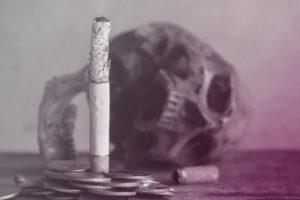 schedel op tafel met sigaret en muntgeld