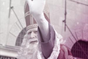 Sinterklaas steekt hand op