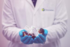 persoon houdt medicijnen vast